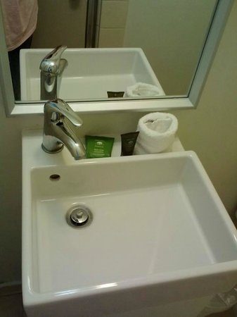 Pacific View Inn: Strange but cute lil square sink!