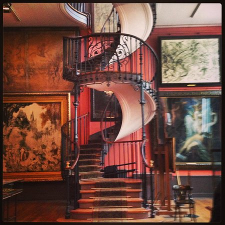 Musee Gustave Moreau : Staircase to the second floor atelier