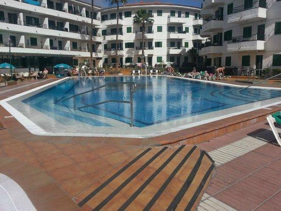 Apartamentos Las Faluas: Mattinata in piscina