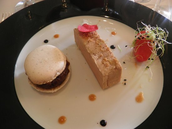 Auberge Saint Thegonnec : foie gras au côteau du layon, macaron noisette, confit d'oignons rosés
