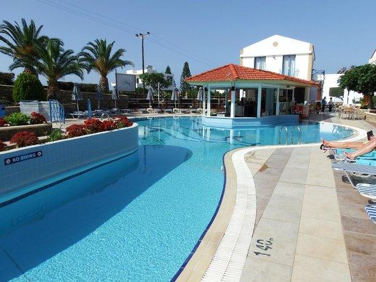 Pefki Islands Resort: Pool with swim up bar