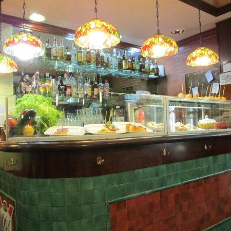 Rosat's Cerveceria: Bar and tapas area