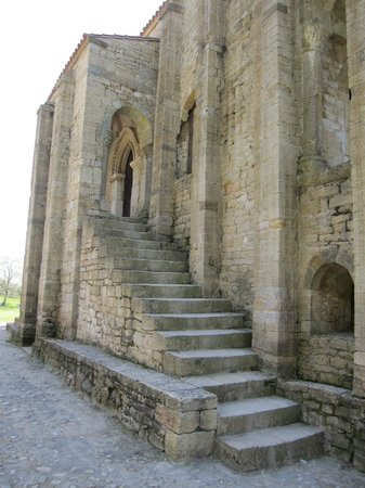 Santa María del Naranco: Vista parcial del exterior
