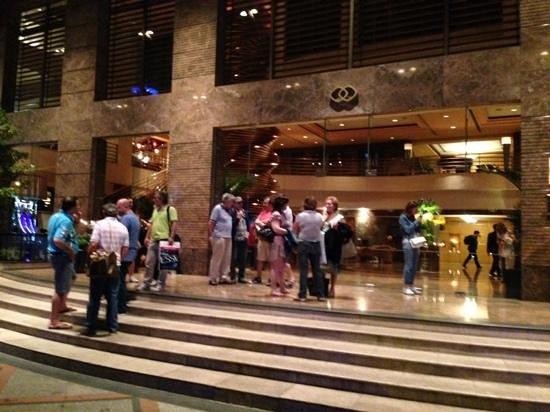 Sofitel Saigon Plaza: Entrada Principal do Hotel