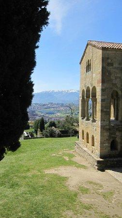 Santa María del Naranco: La iglesia y su entorno