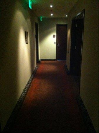 Glenn Hotel, Autograph Collection: Hallways felt dark and cramped