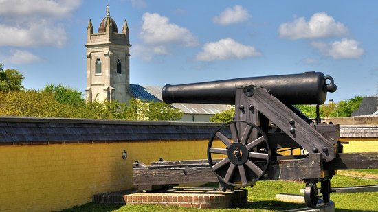 Fort Sumter National Monument: Pre-Civil War era cannon at Fort Moultrie