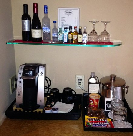 Hotel Metro: Mini bar. More in the fridge too.