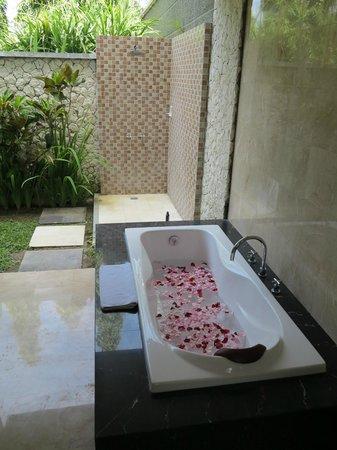 Abi Bali Resort & Villa: Rose petals in bath