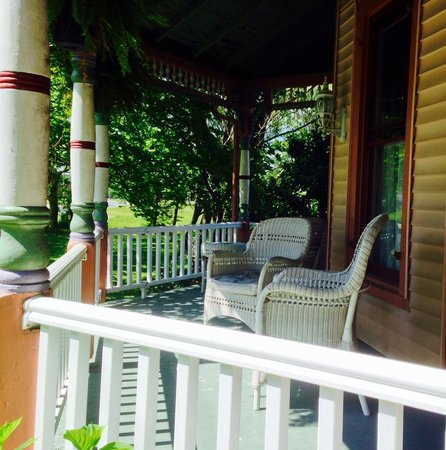 Garden and Sea Inn : Front porch of main house