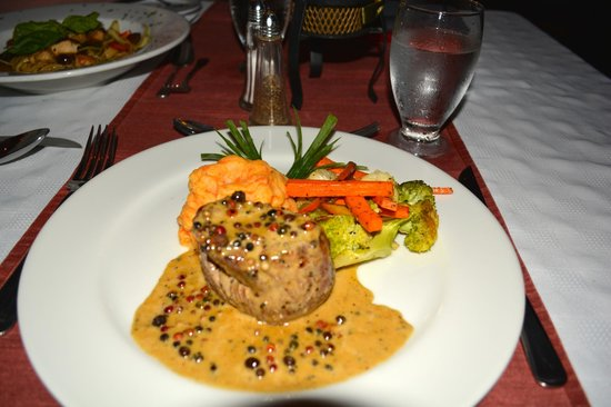Villa del Sueño: Filet Mignon with 3 peppercorn sauce - Fantastic!