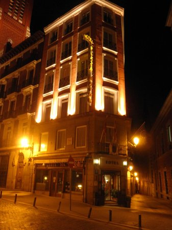Hotel Plaza Mayor: Hotel by night
