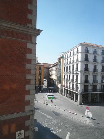 Hotel Plaza Mayor: View from our room towards the main square (through the archway)