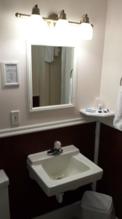 Edgewater Inn & Cottages: Partial view of the bathroom