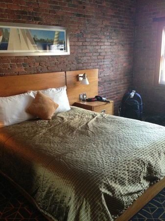 Harborside Inn: Love the brick wall!
