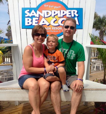 The Sandpiper Beacon Beach Resort: Thanks to the staff we have a family pic