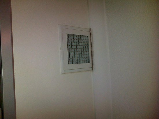 Novotel Cairns Oasis Resort: Air extractor in room. Not exactly clean