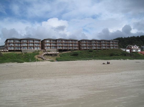 Hallmark Resort & Spa Cannon Beach: View of hotel from the beach - our room was on the far right