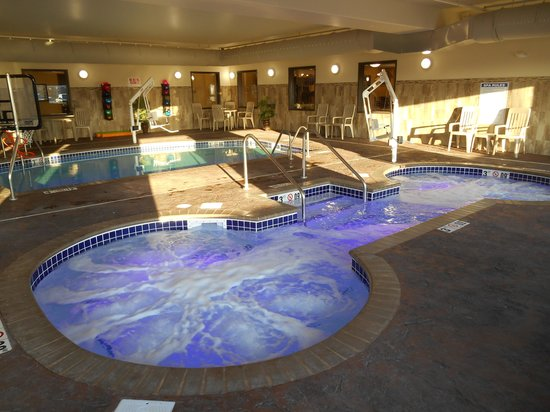 Expressway Suites of Grand Forks: Pool and Spa
