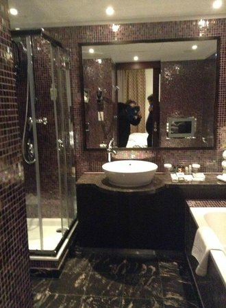 Crowne Plaza Hotel Brussels - Le Palace: Superbe salle de bain.