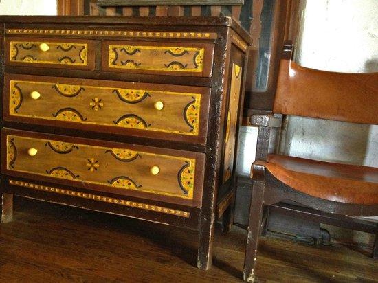 Sagebrush Inn & Suites: Antique furniture in the lounge area