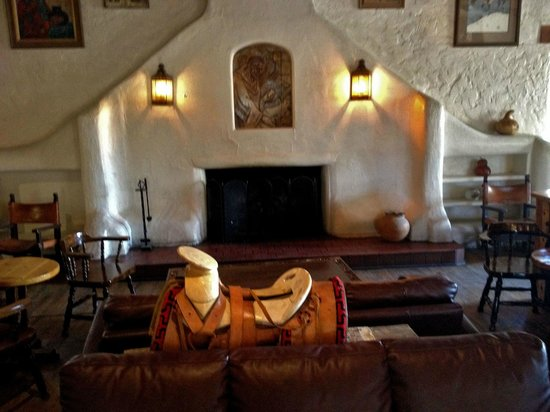 Sagebrush Inn & Suites: Fireplace in the historic lounge