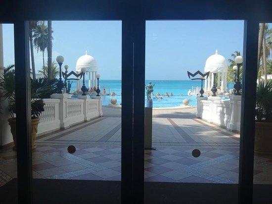 Hotel Riu Palace Las Americas: Hall para piscinas