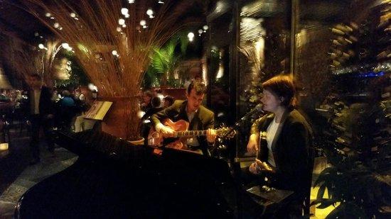 Pobre Juan: Música ao vivo durante as noites