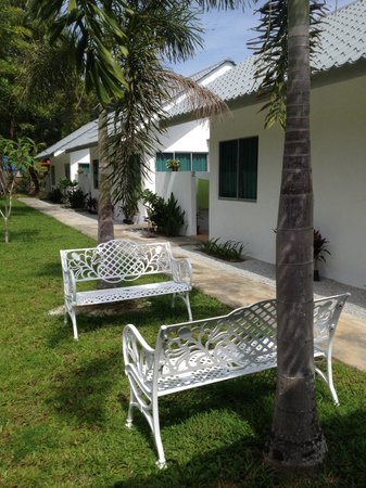 The Fint Hus Langkawi : Bungalows and the garden
