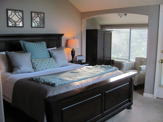 The Inn Above Oak Creek: Creekside Room 12 - King bed