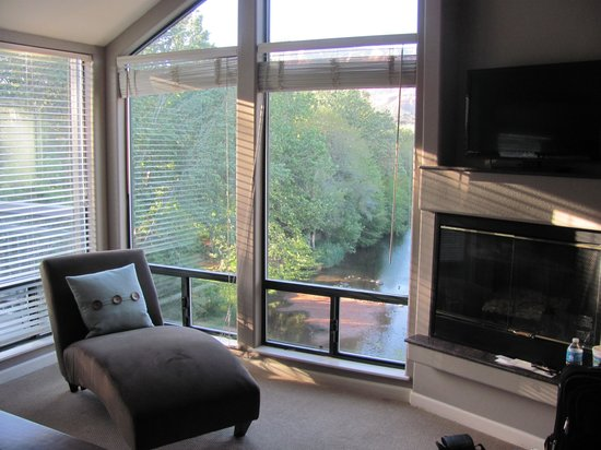The Inn Above Oak Creek: Spectacular windows from room with view