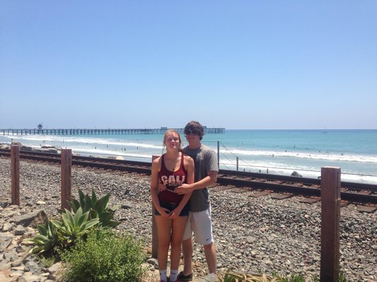 San Clemente Coastal Trail: kids posing near Northern end of trail with pier behind