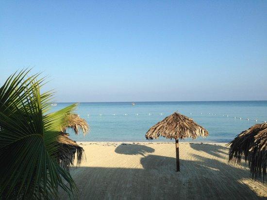 Fun Holiday Beach Resort : More of the beach