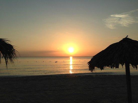 Fun Holiday Beach Resort : Beautiful sunsets!