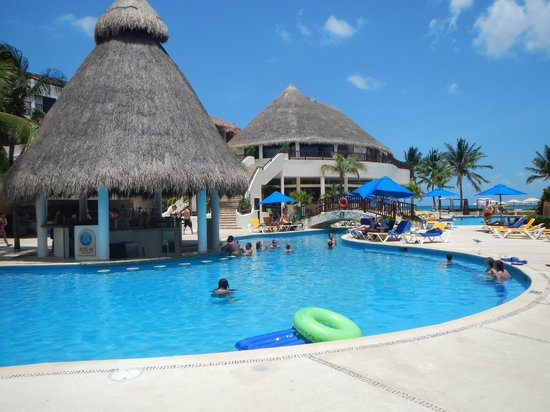 The Reef Coco Beach: swim up bar
