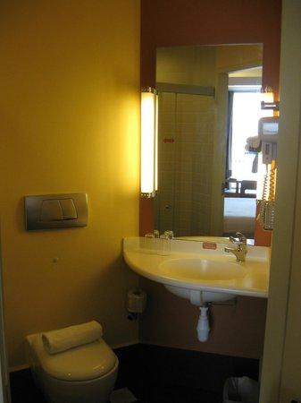Ibis Singapore on Bencoolen: ห้องน้ำเล็กๆ แต่ก็สะดวก มีไดร์เป่าผมให้
