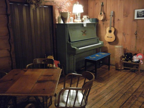 Inn at Long Trail: piano, guitar and mandolin - welcome to be played up to 10p; flute and fiddle at the front desk