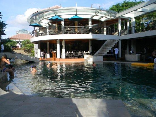 The Camakila Legian Bali: Pool and dining area
