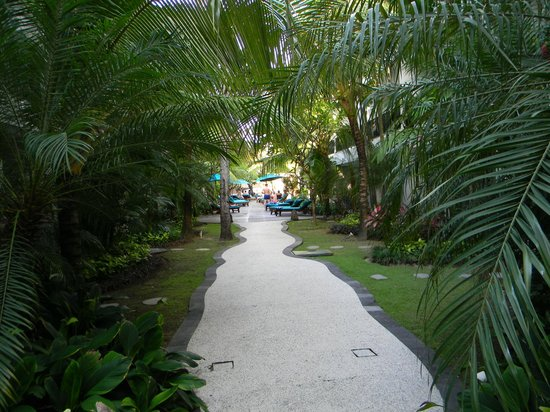 The Camakila Legian Bali: Path to pool and dining area