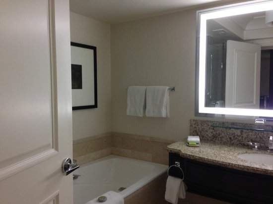 Four Seasons Hotel Las Vegas: Peek in the bathroom