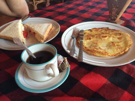 Lovina Beach Hotel: Le petit déjeuné au choix Sandwich ou crêpe, thé ou café, rien d'autre et en une quantité! Pas d