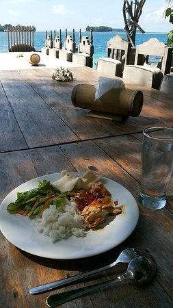 Pulau Macan Tiger Islands Village & Eco Resort : Lunch on the deck