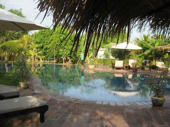 Battambang Resort: Beautiful grounds