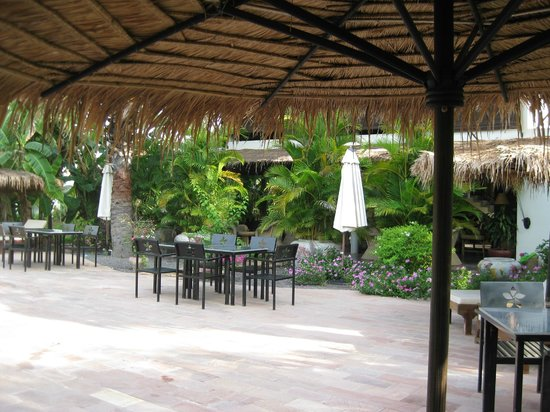 Battambang Resort: Resort has outside and inside dining areas