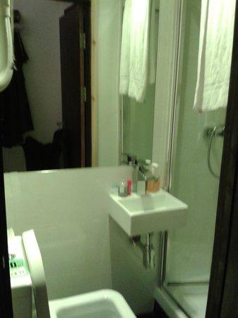 Exhibition Court Hotel 4 : tiny bathroom
