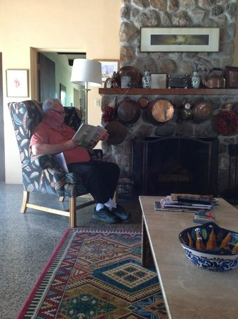 Sam Hughes Inn Bed & Breakfast: Living room with comfy chair and good book.