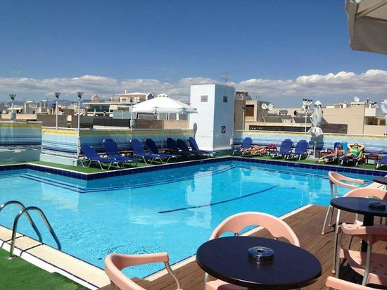 Athens Poseidon Hotel: Great rooftop bar and pool area!
