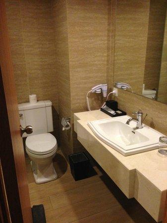 Harper Kuta: Nice spacious bathroom