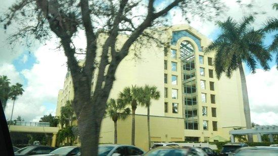 Hilton Boca Raton Suites: front view of hotel