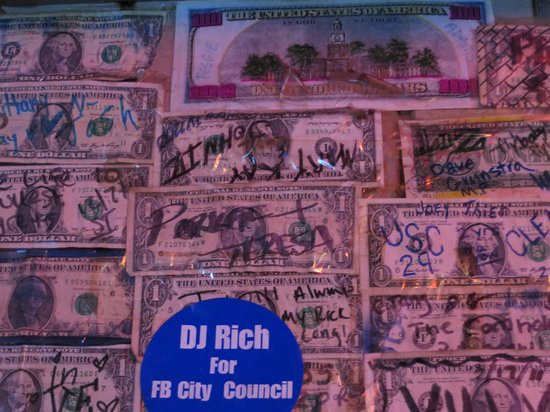 Planet Follywood: Dollar bills covering the walls!